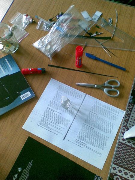 Kolye bileklik vb. şeyleri yaparken kullandığım masam...