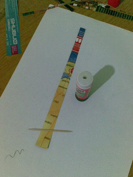 İlk önce dergi kağıtlarını 1.5 cm kadar bir genişikten başlayarak en sonunda 0.5 cm olana kadar kestim.
